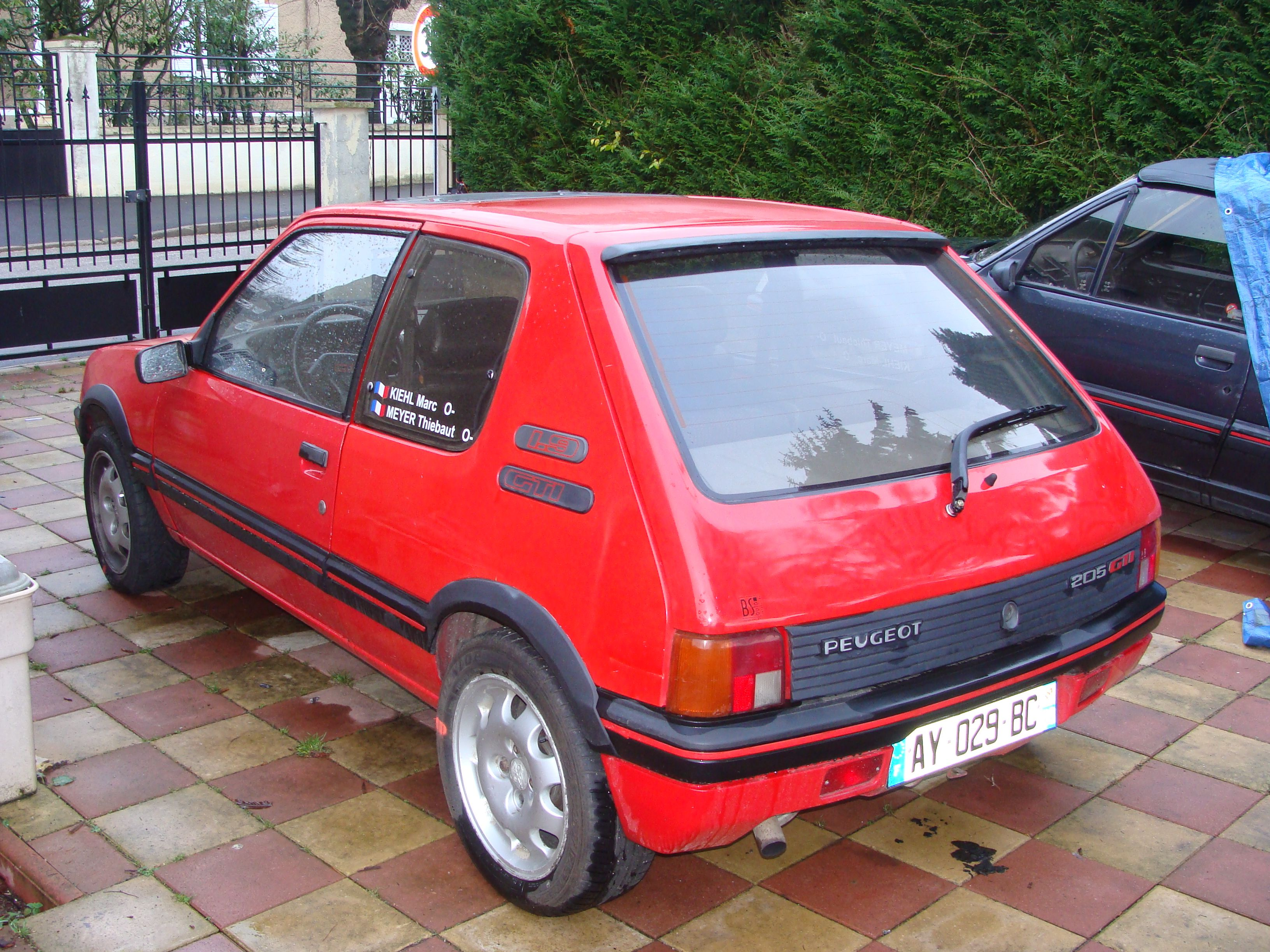 planete 205 205 gti 1 9l 130ch rouge vallelunga 03 1989 a vendre le parking des 205. Black Bedroom Furniture Sets. Home Design Ideas